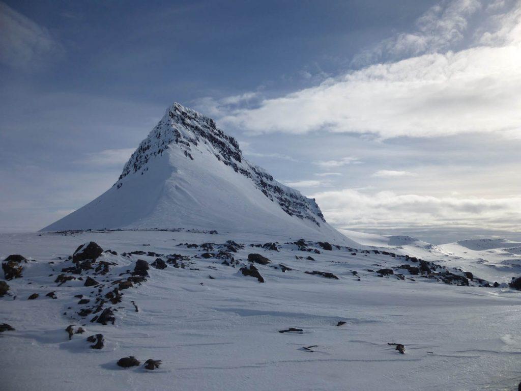 winterliche Schneelandschaft mit Berg in Island