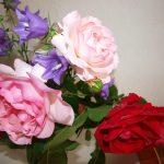 Blumenstrauß mit roten und rosa Rosen