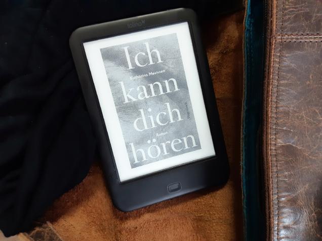 """Fotografie eines E-Book-Readers auf dem der Roman """"Ich kann dich hören"""" von Katharina Mevissen angezeigt wird."""