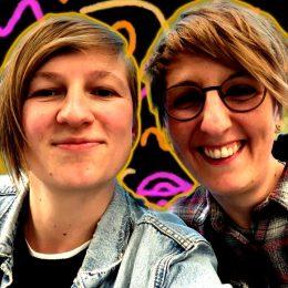 zwei Frauen lächeln ins Bild, Podcast Die Akustische Enttäuschung