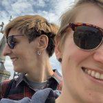 Selfie der zwei Podcasterinnen Julia und Julia von der Akustischen Enttäuschung