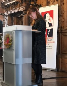 Frau hält eine Rede beim Rathaus