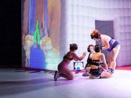 vier Frauen auf einer Bühne