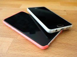 Zwei Handys, die auf dem Tisch liegen.