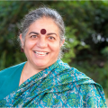 Vandana Shiva lächelt in die Kamera