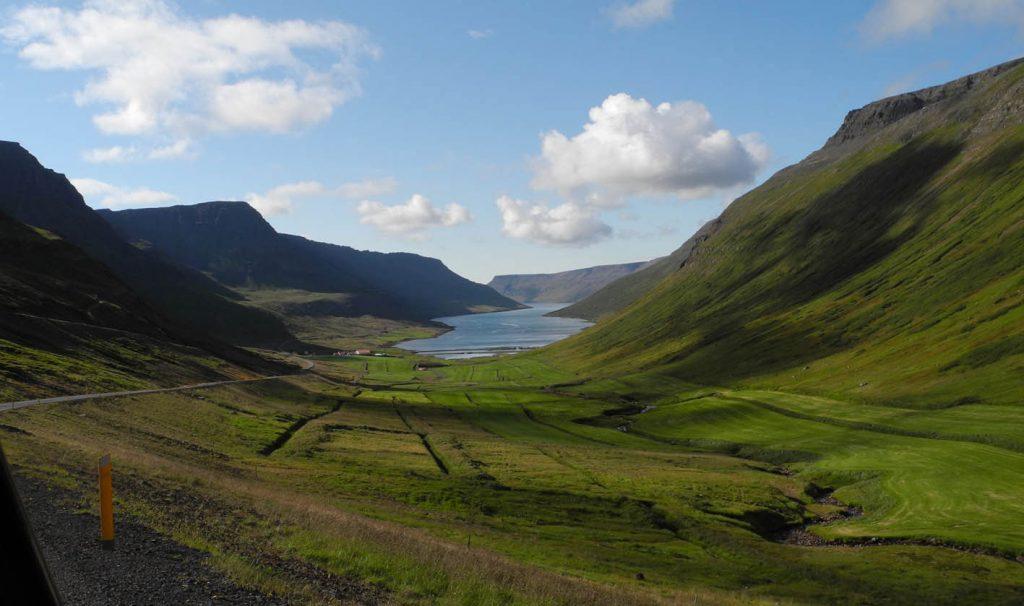Landschaftsbild mit Fjord und Bergen