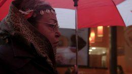 Die Aktivistin Victoria Cruz unter einem Regenschirm