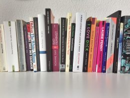 Zu sehen ist eine Reihe feministischer Bücher