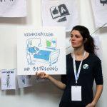 Frau zeigt Zeichnung zu Pflegesituation