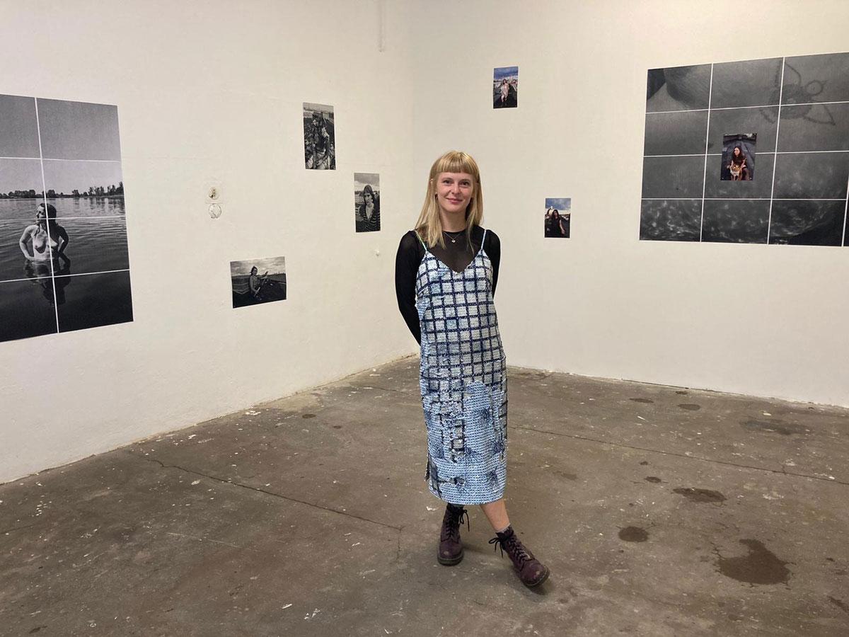 Künstlerin Rada Nastai vor ihren Photographien bei der Vernissage im Raum 404