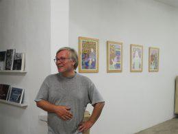 Galerist Gregor Straube im Raum 404 vor Werken von Sophie Ung
