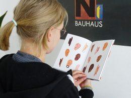 Junge Frau liest Buch, Blick über die Schulter, man sieht gezeichnete Ohren