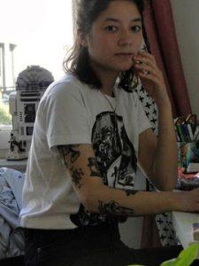 Künstlerin Sophie Ung sitzt in ihrem Atelier