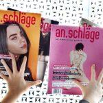 zwei Hände halten vier an.schläge-Magazine gegen eine Scheibe