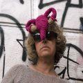 Künstlerin Katrin Bretschneider mit selbstgehäkelter Gebärmutter an der Stirn