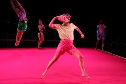 Auf der Bühne des Kleinen Hauses im Theater Bremen tanzt das Ensemble Unusual Symptoms in Futuralgia