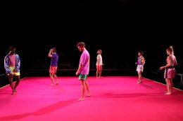 Im Theater Bremen tanzt das gesamte Ensemble Unusual Symptoms in Futuralgia auf der Bühne, alle halten Abstand uns sehen sich nicht an.