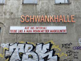 Fassade der Schwankhalle Bremen mit der Aufschrift: Auf ins Interim! To Die Lika A Man. Wohin mit der Maskulinität