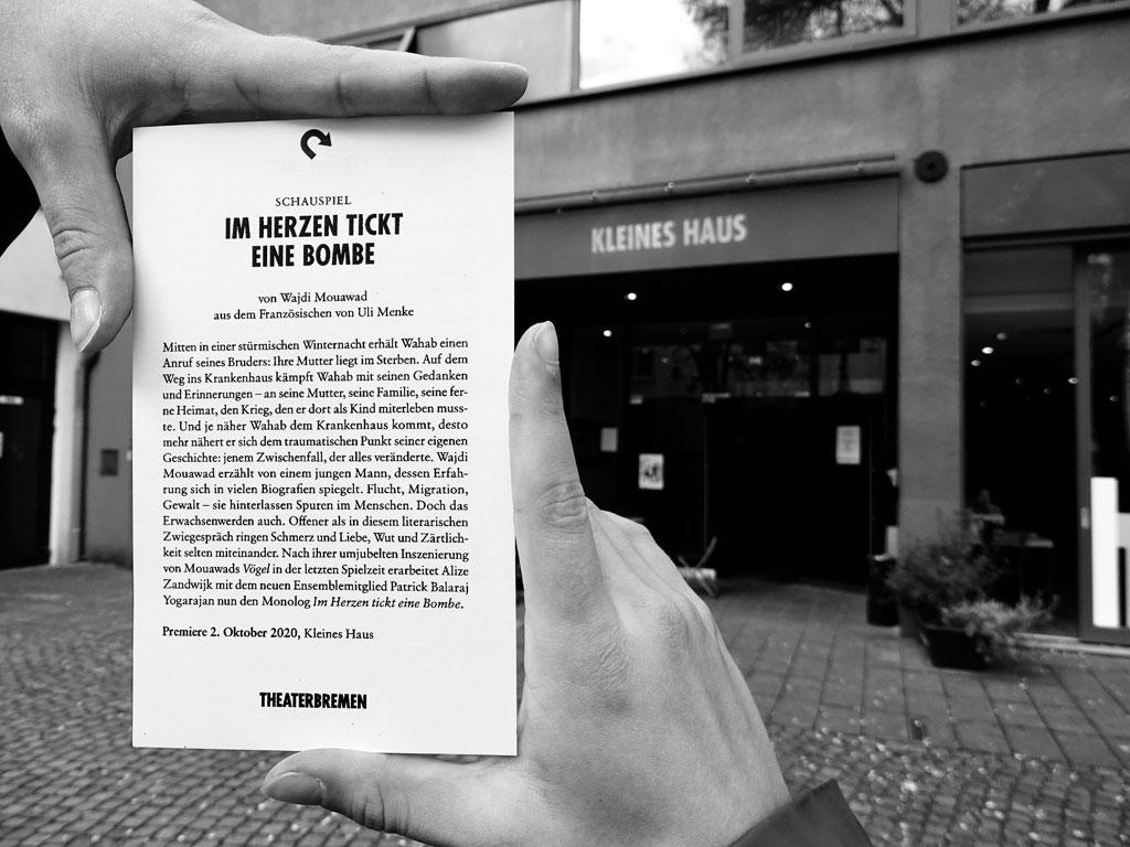 """Flyer des Theaterstücks """"Im Herzen Tickt eine Bombe"""" vor dem Eingang des Kleinen Hauses, Theater Bremen"""