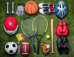 Sportausrüstung auf einer Wiese
