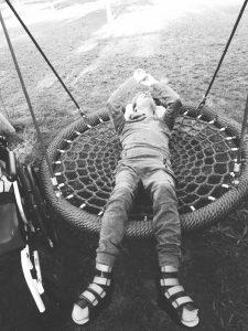 Person liegt auf einer Rundschaukel, Covid-19