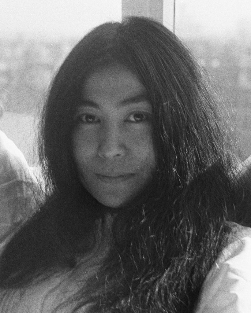Yoko Ono lächelt
