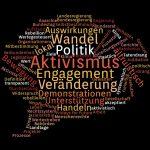 Eine Sprechblase mit bunten Wörtern auf schwarzem Grund. Die größten Wörter sind Politik, Engagement, Aktivismus, Special, Veränderung und Wandel