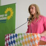Tessa Ganserer hält eine Rede am Podium