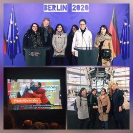 Drei Bilder sind als Kollage angeordnet. Bild 1 zeigt das Team der Frauenseiten vor zwei Podien, daneben die deutschen und europäischen Flagge. Bild 2 zeigt eine Leinwand, wo ein Beitrag läuft und Bild 3 zeigt das Team im Bundestagn