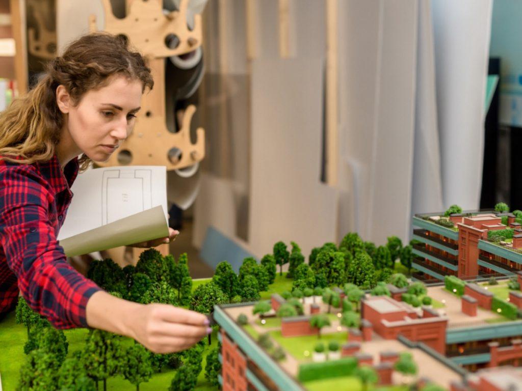 Architektin arbeitet an einem Stadtmodel