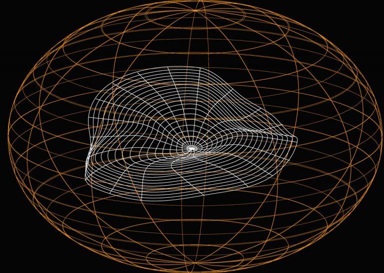 Feine globusartige Kugelform in orange vor schwarzem Hintergrund, die mit runder, welliger weißer Form netzartig an einer Seite dekoriert ist
