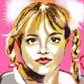 Zeichnung von Britney Spears. Sie trägt zwei geflochtene Zöpfe, weilche unten mit roten Schleifen zusammen gebunden sind. Oben sind die beiden Zöpfe jeweils links und rechts mit zwei weißen großen , flauschigen und voluminösen Haargummis zusammen gebunden. Sie hat blonde Haare und der Hintergrund ist pink