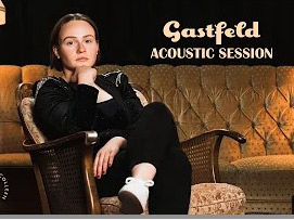 Junge Frau sitzt im Sessel, Überschrift Gastfeld Acoustic Session
