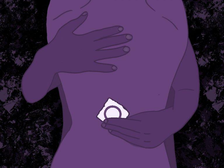 Die Illustration zeigt einen Ausschnitt von Körper, gefärbt in Lila, eine Hand hält ein Kondom.
