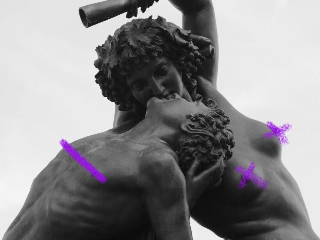 Zwei Statuen in Schwarz-Weiß, die sich beinahe küssen. Beide sind oberkörperfrei, die Nippel sind mit lila Farbe zensiert.