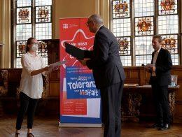 in der Oberen Rathaushalle Bremen überreicht Bürgermeister Bovenschulte einer Schülerin einen Preis