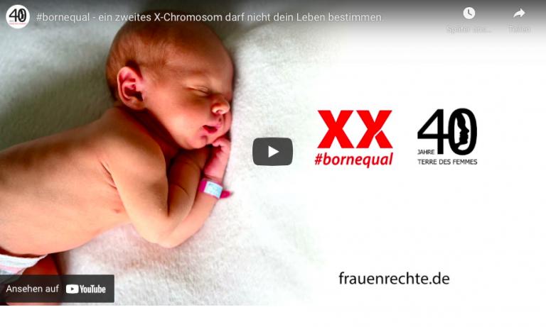 Säugling neben der roten Aufschrift XX #bornequal