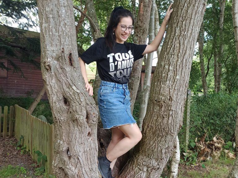 Mensch klettert in einem Baum
