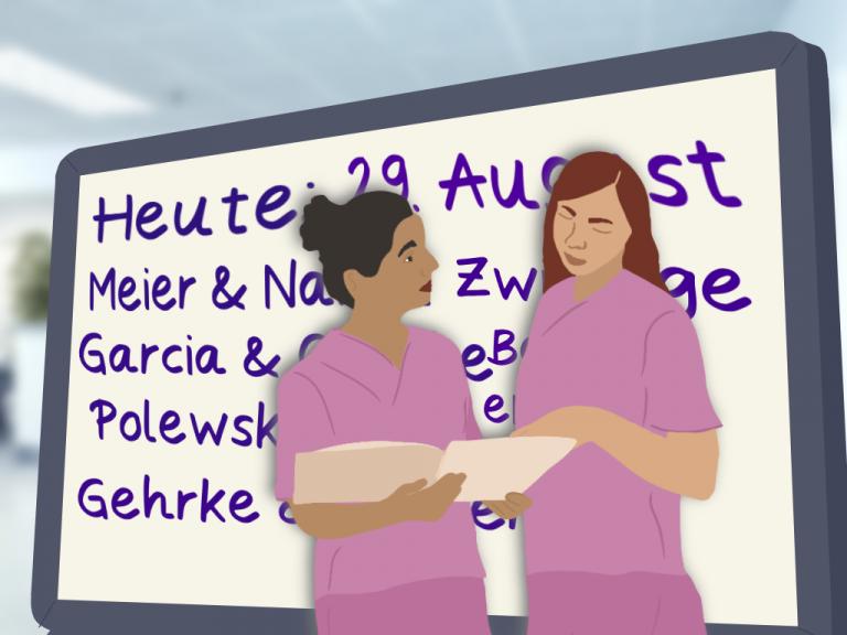 Zwei Hebammen schauen zusammen in eine Akte und stehen vor einem Whiteboard mit verschiedenen Nachnamen