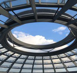 Ansicht auf Kuppel im Deutschen Bundestag, Glasdecke, kleine Fenster, mittig großes Fenster, blauer Himmel, große weiße Wolke
