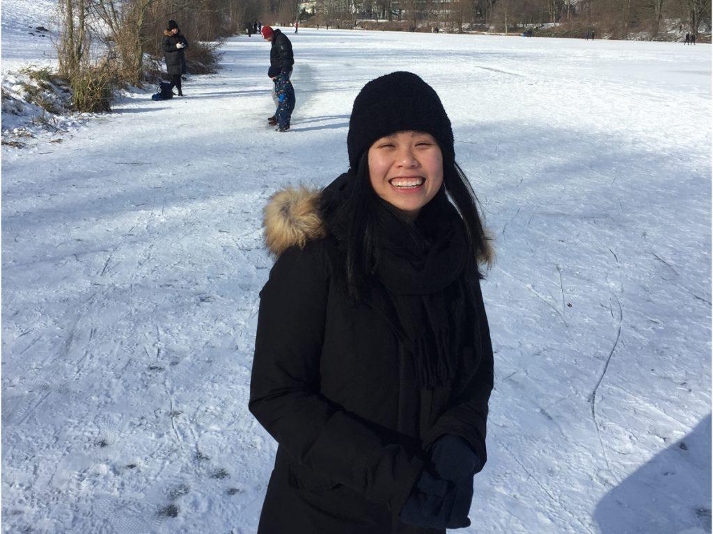Frau, schwarzer Mantel, schwarze Mütze, Werdersee, Schnee, zwei Personen im Hintergrund