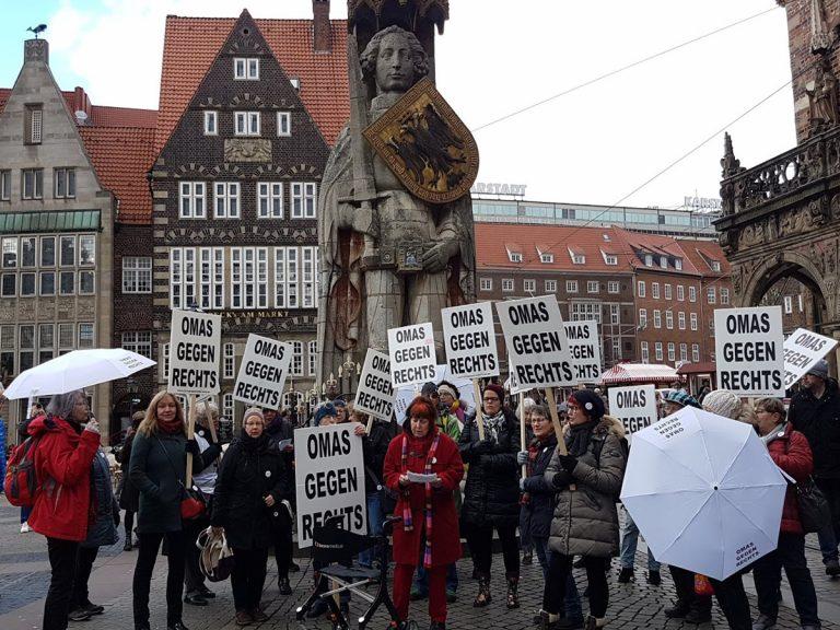 OMAS GEGEN RECHTS, vor dem Roland, Marktplatz, Schilder, Regenschirme