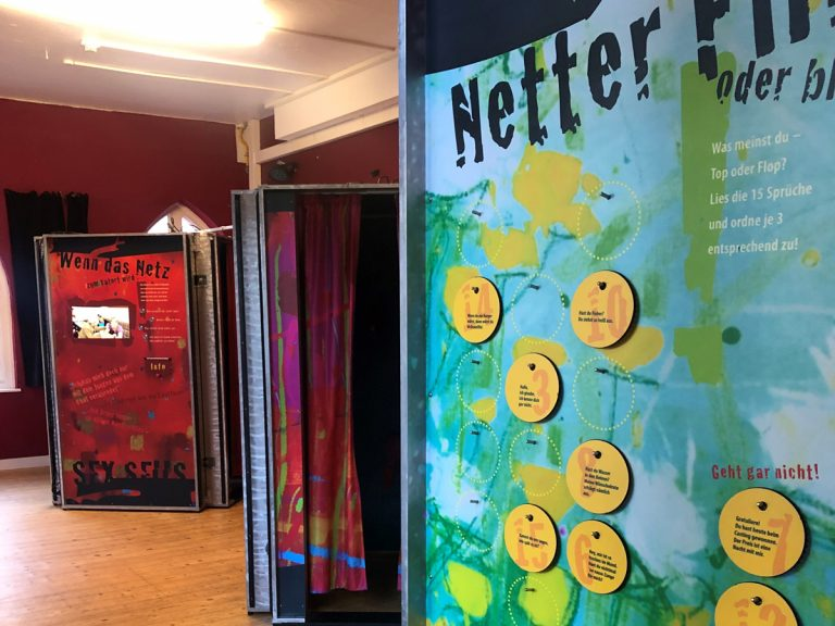 Drei Ausstellungsboxen, Echt Krass Wanderausstellung, BDP Haus, Holzboden, rote Wände