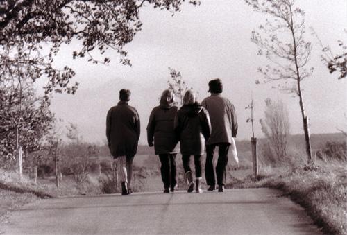 Vier Frauensiluetten von hinten, schwarz/weiß