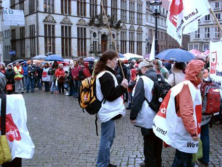 Viele Menschen mit Spruchbändern anuf dem Marktplatz