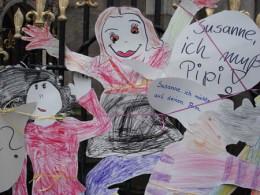 Kinder als Pappfiguren