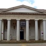 großes Gebäude mit Säulen