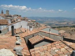 Blick über die Dächer eines Dorfes