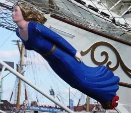 Figur einer Frau mit blauem Kleid am Bug eines Schiffes