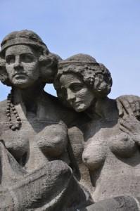 Steinskulptur mit zwei Frauen